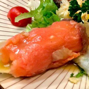 Rollitos de salmón ahumado rellenos de endivias y gambas con vinagreta de mostaza