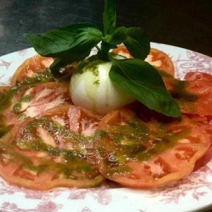 Burrata con tomate rosa y vinagreta de albahaca