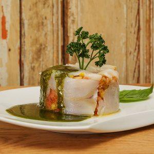 Tartar de tomate rosa y bacalao ahumado con vinagreta de espinaca